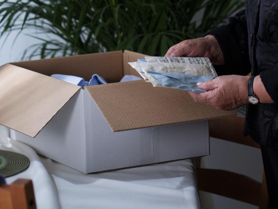 買取できるものやリユースできるもの、またご家族の元へお渡しする故人様の遺品、不用品などを丁寧に仕分け致します。